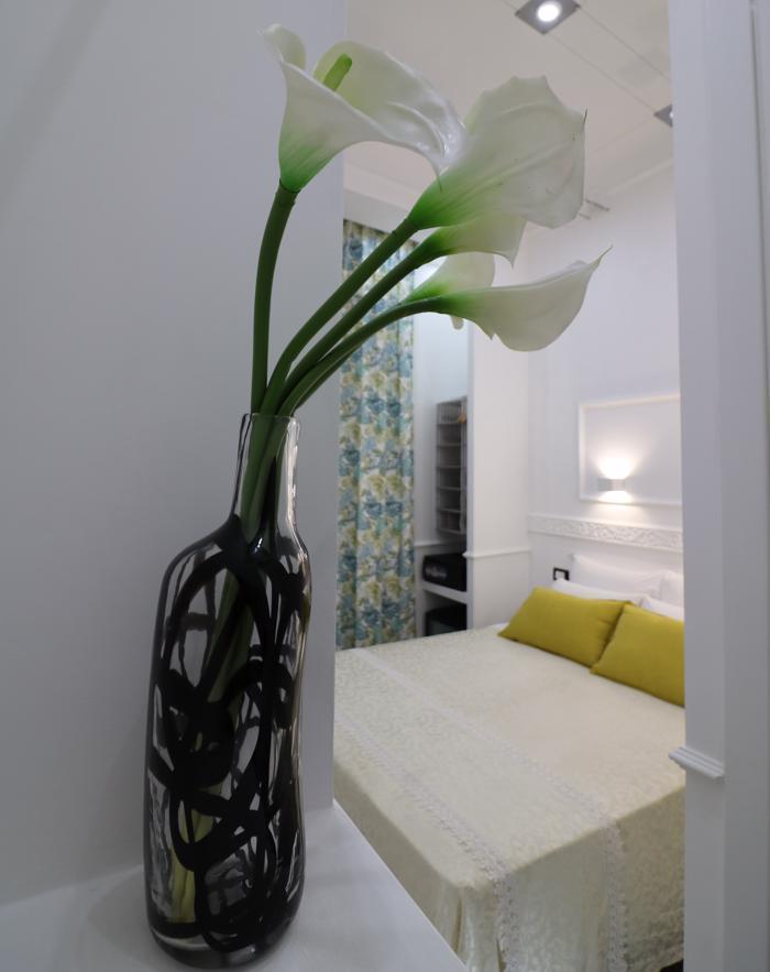 camera del bed and breakfast locanda di piazza del parlamento con fiore